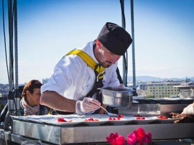 Essen und kochen über den Dächern Wiens bei Dinner in the Sky