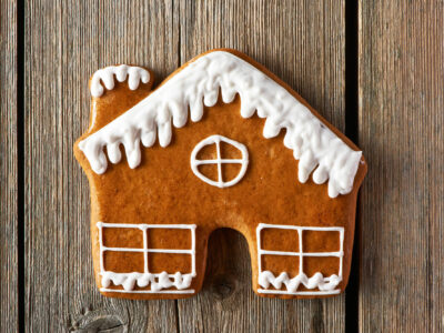 christmas-homemade-gingerbread-house-cookie-PM9L5DL